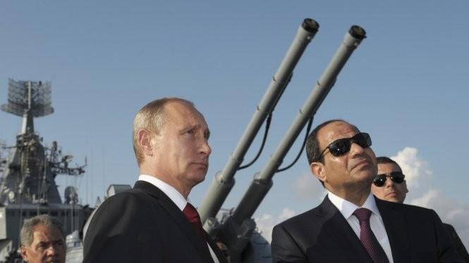 Tổng thống Nga Putin cùng Tổng thống Ai Cập al-Sisi trong lần thăm tàu Matxcơva năm 2014 - Ảnh: Reuters