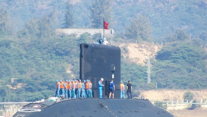 Tàu ngầm lớp Kilo được Nga chuyển giao cho Việt Nam trên vịnh Cam Ranh