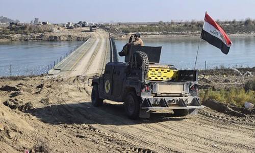 Quân đội Iraq bắc cầu phao để tiến vào trung tâm thành phố Ramadi. Ảnh: Twitter
