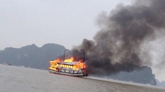 Ngọn lửa bùng phát từ tầng hai rồi lan rộng ra toàn bộ con tàu - Ảnh: Linh Linh