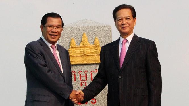 Thủ tướng Nguyễn Tấn Dũng và Thủ tướng Chính phủ Hoàng gia Campuchia Samdec Hun Sen đến dự lễ khánh thành cột mốc biên giới 275 - Ảnh: Đ. VỊNH