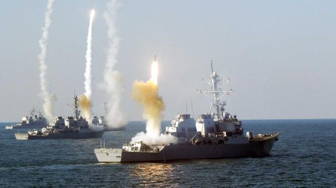Chiến hạm Mỹ phóng tên lửa hành trình trên biển
