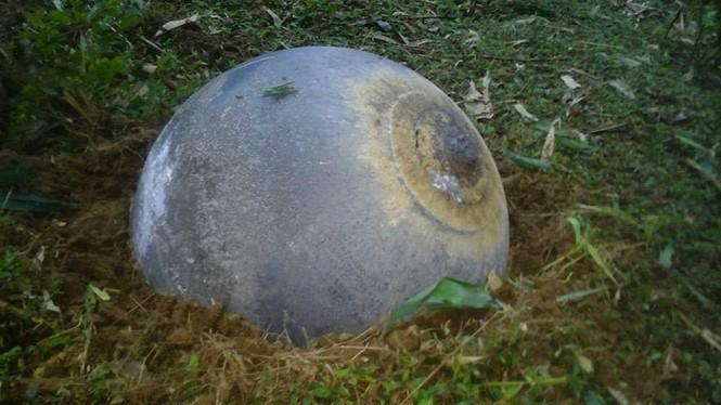 Vật thể lạ hình cầu, có thể làm bằng kim loại - Ảnh người dân cung cấp