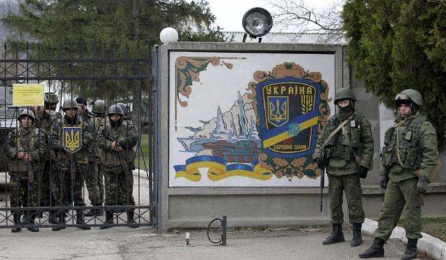 Binh sĩ Nga canh gác phía ngoài căn cứ quân đội Ukraine trong thời gian diễn ra chiến dịch