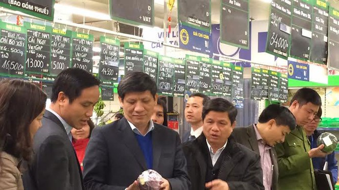 Cơ quan chức năng kiểm tra chất lượng thực phẩm trong siêu thị