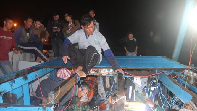Con tàu bị nạn tàn tạ sau khi bị đâm. Nơi ngủ của ngư dân chỉ còn lại miếng ván ghép - Ảnh: Đoàn Cường
