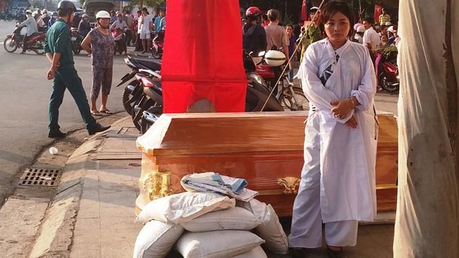 Bà Long bên quan tài đặt trước Ngân hàng TMCP Nam Á - Ánh: Nguyễn Chung