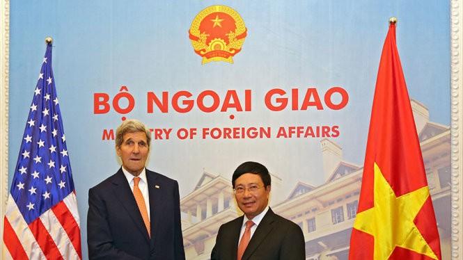 Ngoại trưởng John Kerry (trái) bắt tay Phó Thủ tướng, Bộ trưởng Ngoại giao Phạm Bình Minh nhân chuyến thăm Việt Nam vào tháng 8-2015 - Ảnh: Việt Dũng