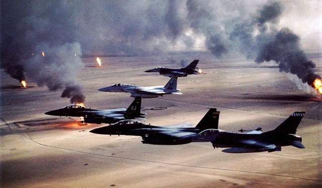 Chiến dịch Bão táp sa mạc 1991: Các máy bay liên quân bay trên các mỏ dầu đang cháy ở Kuwait (Globallookpress)