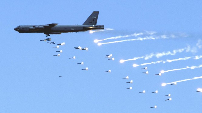 Pháo đài bay B-52 của Mỹ thể hiện uy lực trong cuộc tập trận