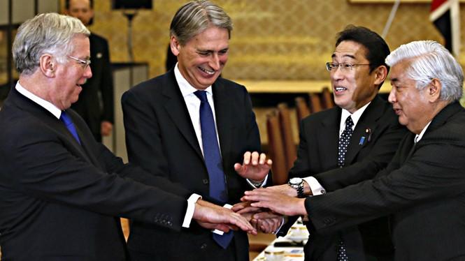 Các bộ trưởng quốc phòng, ngoại giao Anh, Nhật thể hiện sự hợp tác trong lĩnh vực quốc phòng của 2 nước - Ảnh: Reuters