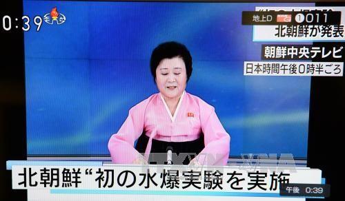 Phát thanh viên Triều Tiên Ri Chun-hee đọc bản tin trên truyền hình nhà nước ngày 6/1. Ảnh: THX/TTXVN