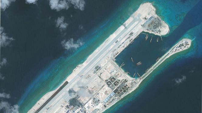 Đường băng phi pháp Trung Quốc xây dựng trên đá Chữ Thập thuộc quần đảo Trường Sa của Việt Nam - Ảnh: AFP