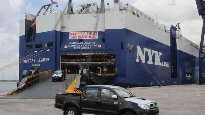 Ô tô nguyên chiếc cập cảng vào thị trường VN - Ảnh: Diệp Đức Minh