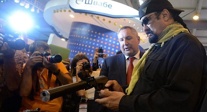 Phó thủ tướng Nga Dmitry Rogozin (trái) giới thiệu khẩu SPS với tài tử Mỹ Steven Seagal trong một cuộc triển lãm - Ảnh: RBTH