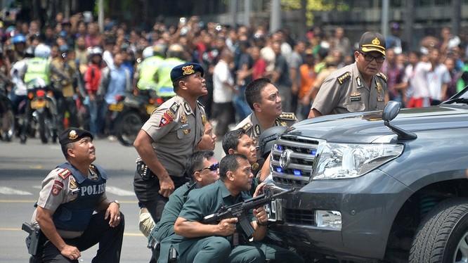cảnh sát và quân đội Indonesia đấu súng với bọn khủng bố