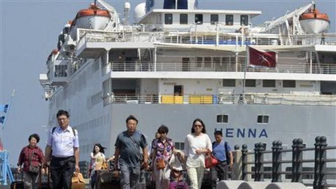 Hành khách xuống cảnh tàu ở Jeju, Hàn Quốc - Ảnh: Reuters