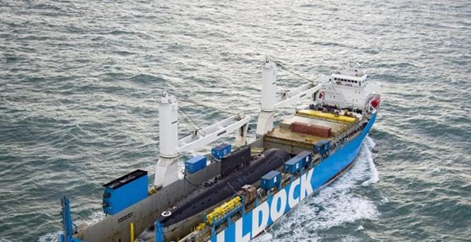 Tàu của hãng Rolldock (Hà Lan) đang vận chuyển tàu ngầm Kilo về Việt Nam - Ảnh: Rolldock
