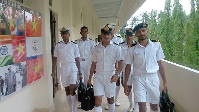 Hình ảnh quốc kỳ Việt Nam trên bảng thông báo trong khuôn viên trường tàu ngầm INS Satavahana - Ảnh: India Today