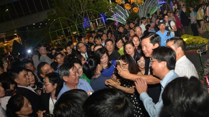 Tân Bí thư Thành ủy TPHCM Đinh La Thăng chụp selfie với người dân Sài Gòn đến tham quan tại đường hoa. Nhiều người dân thích thú với sự thân thiện, gần gũi của ông...