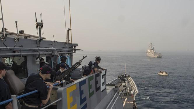 Hai tàu chiến Mỹ gồm tuần dương hạm lớp Ticonderoga, chiếc USS Antietam (CG 54) đậu gần khu trục hạm USS McCampbell (DDG 85) trong khi tham gia buổi thao diễn hải quân quốc tế (IFR 2016) ở Visakhapatnam, Ấn Độ, ngày 4.2.2016. Mỹ và Ấn Độ đang bàn việc tuầ