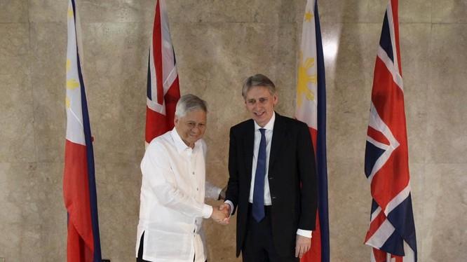 Ngoại trưởng Philippine Albert del Rosario (áo trắng) và đồng nhiệm Anh quốc Philip Hammond tại Manila