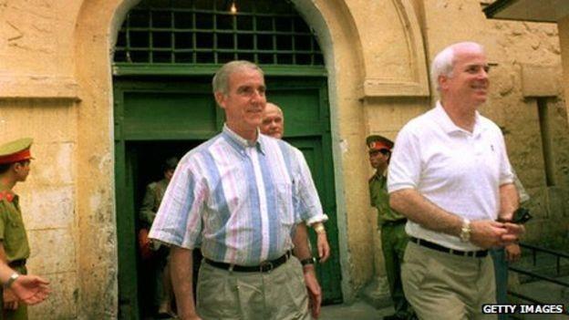 Hai ông Peterson và McCain thăm lại Hỏa Lò sau khi Việt Nam và Mỹ đã bình thường hóa quan hệ