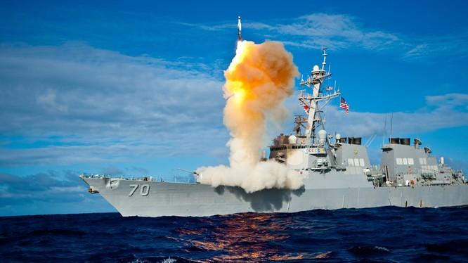 Chiến hạm Mỹ phóng tên lửa đánh chặn trên biển