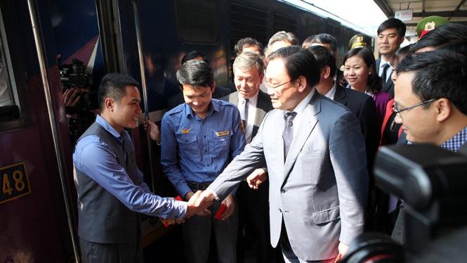 Bí thư Thành ủy Hà Nội Hoàng Trung Hải lì xì và động viên các lái tàu - Ảnh: T.Phùng