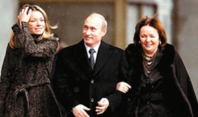 Ông Putin cùng người vợ cũ và con gái
