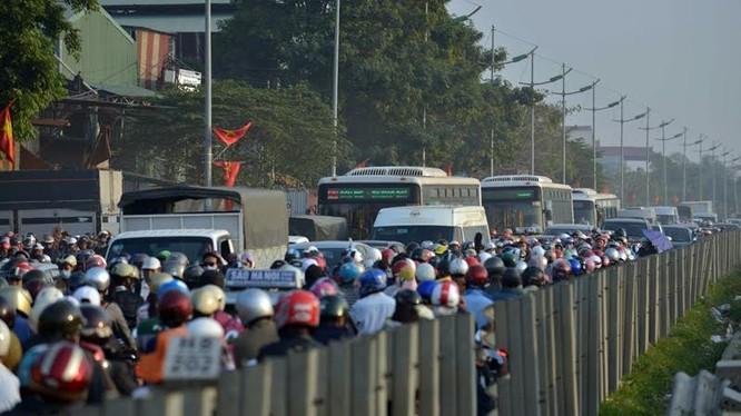 Cảnh đông đúc trên Quốc lộ 1 cũ
