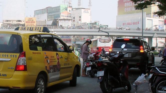 Tệ nạn đậu xe bừa bãi khi mua bán đang góp phần làm giao thông TP.HCM thêm hỗn loạn - Ảnh: M.C