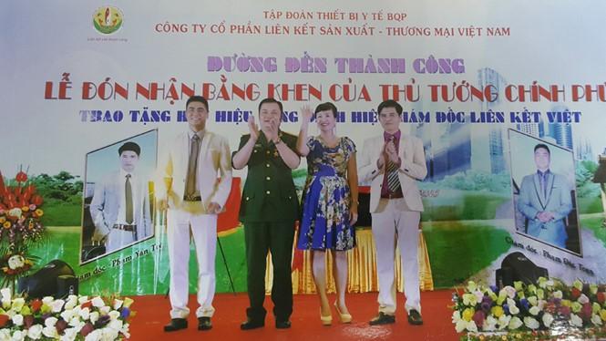 Lê Xuân Giang (mặc quân phục) trắng trợn làm giả cả lễ đón nhận Bằng khen của Thủ tướng nhằm mục đích lừa đảo - Ảnh chụp lại từ hồ sơ của công an