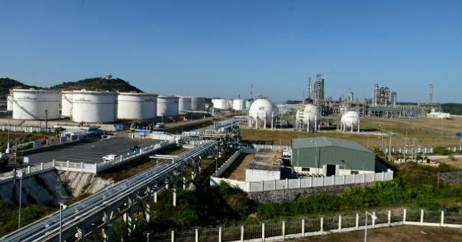 Nhà máy lọc dầu Dung Quất đang được nâng cấp mở rộng với vốn 1,82 tỷ USD, công suất 8,5 triệu tấn một năm.