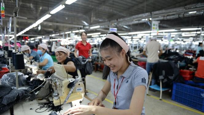 Đóng nhiều loại phí, thuế khiến doanh nghiệp khó khăn về vốn để mở rộng đầu tư - Ảnh: Thanh Tùng