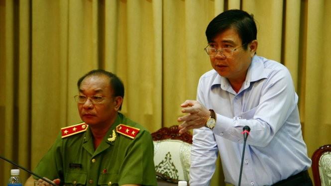 Chủ tịch UBND TP.HCM Nguyễn Thành Phong chỉ đạo hội nghị - Ảnh: VIỄN SỰ