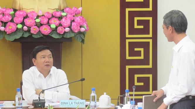 Bí thư Quận ủy Q.1 Huỳnh Thanh Hải đang báo cáo tình hình kinh tế ở Q.1 với Bí thư Thành ủy TP.HCM Đinh La Thăng - Ảnh: Trung Hiếu