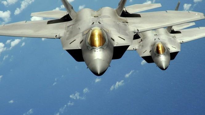 """Tiêm kích tàng hình thế hệ 5 F-22 """"chim ăn thịt"""" của Mỹ đã túc trực xung gần cửa ngõ Trung Quốc"""