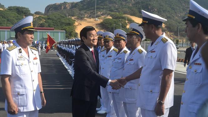 Chủ tịch nước Trương Tấn Sang chúc mừng Quân chủng Hải quân trong buổi lễ khai trương Cảng quốc tế Cam Ranh - Ảnh: Trần Đăng