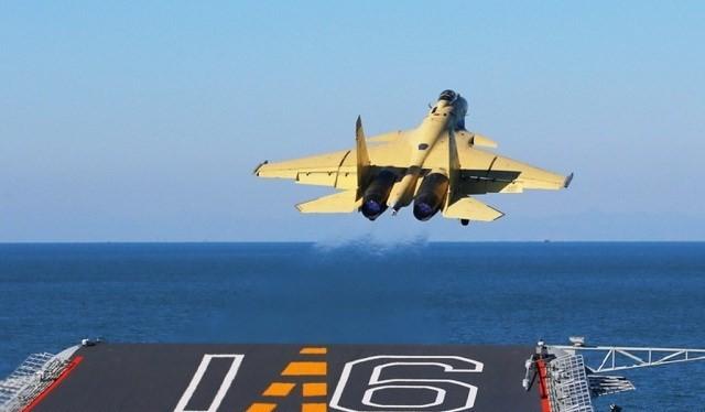 Máy bay J-15 (nhái Su-33 Nga) của Trung Quốc cất cánh từ tàu sân bay Liêu Ninh. Kiểu cất cánh cầu bật giới hạn lượng vũ khí máy bay mang theo và không cất cánh được các máy bay cỡ lớn