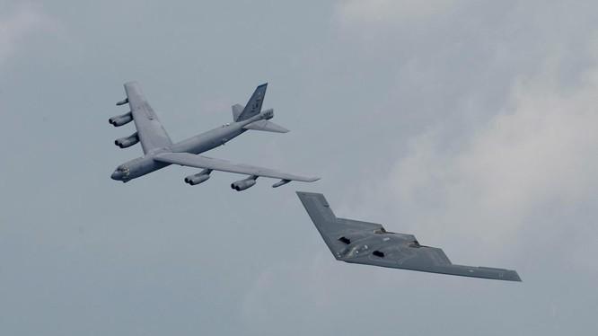 Máy bay ném bom chiến lược tầm xa B-2 Spirit và B-52 của Mỹ