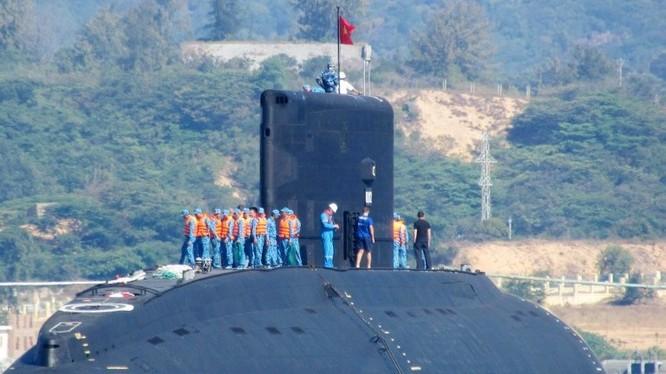 Tàu ngầm Kilo của Việt Nam trên vịnh Cam Ranh