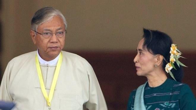 Ông Htin Kyaw, tân tổng thống Myanmar, đứng bên lãnh đạo đảng NLD, bà Suu Kyi - Ảnh: AP