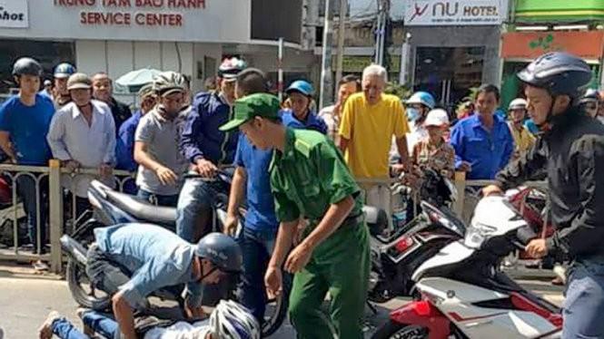 """Các """"hiệp sĩ"""" bắt cướp trên đường Trần Hưng Đạo, Q.1, TP.HCM - Ảnh: Facebook của Đội SBC TP.HCM"""