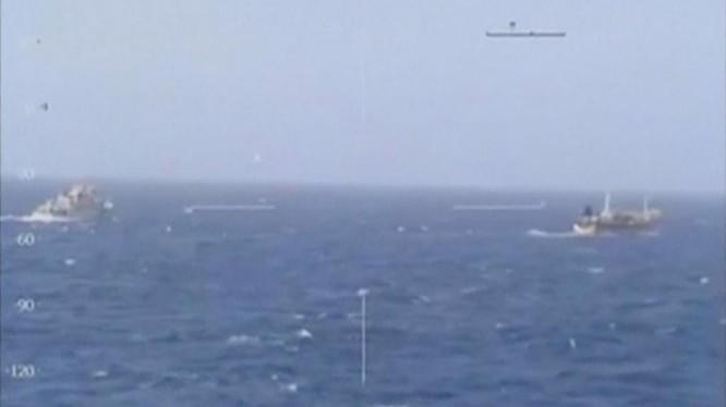 Một tàu tuần duyên của Argentina đuổi theo một tàu cá Trung Quốc ngoài khơi Argentina 14/3/2016.