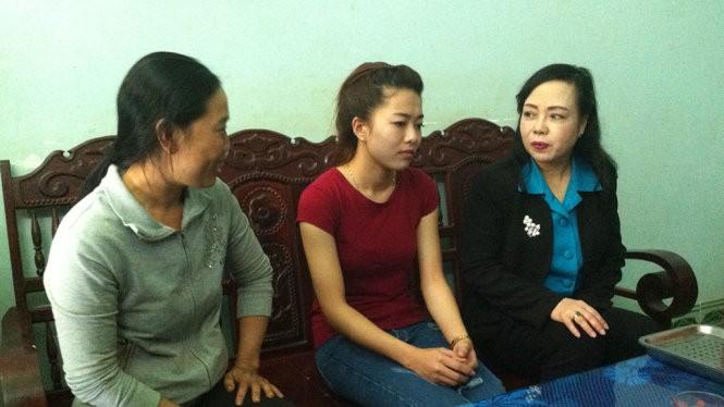 Bộ trưởng Nguyễn Thị Kim Tiến (bìa phải) thăm hỏi đại diện gia đình em Vi - Ảnh: Hà Bình