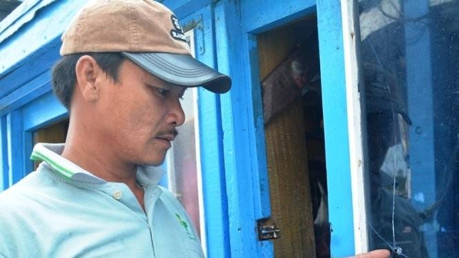 Tàu cá của ông Sinh bị tàu nước ngoài bắn đạn bi làm vỡ kính - Ảnh: Anh Hồng