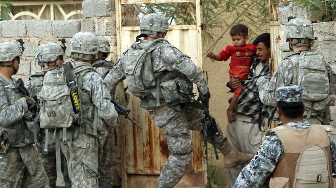 Lính Mỹ trong một cuộc bố ráp ở chiến trường Trung Đông