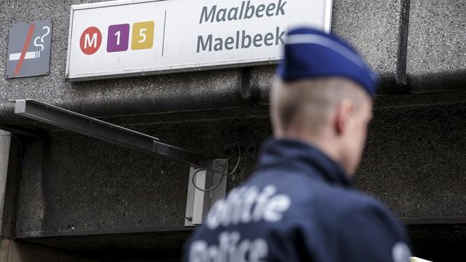 Cảnh sát Bỉ bên ngoài ga điện ngầm Maalbeek - Ảnh: Reuters