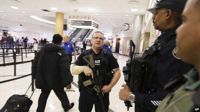 Cảnh sát canh gác tại phi trường quốc tế Hartsfield-Jackson thuộc bang Atlanta, Mỹ